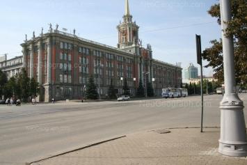 На фото видно: Ленина проспект, 24А (Администрация г. Екатеринбург); Вайнера улица, 8 (Галерея Красный Леопард, торговый центр). Екатеринбург (Свердловская область)