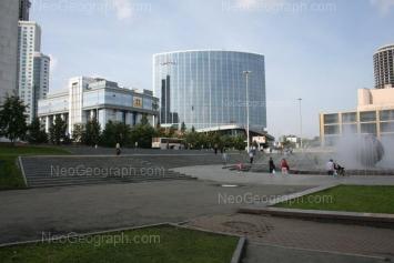 Вид с Октябрьской площади Екатеринбурга на драматический театр (справа), отель Hyatt (в центре) и заксобрание Свердловской области (слева)