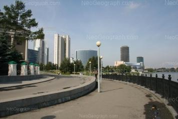 Вид на Екатеринбург-Сити с набережной Городского пруда. Вдалеке видны здания правительства Свердловской области, отеля Хаят и Драмтеатра