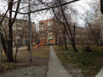 На фото видно: Серафимы Дерябиной улица, 11; Серафимы Дерябиной улица, 13. Екатеринбург (Свердловская область)
