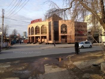 На фото видно: Стрелочников улица, 33/1; Стрелочников улица, 35 (Армения, ресторан). Екатеринбург (Свердловская область)