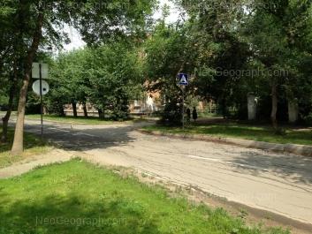 На фото видно: Избирателей улица, 72. Екатеринбург (Свердловская область)