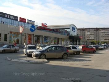 На фото видно: Амундсена улица, 65 (КИТ, торговый центр); Амундсена улица, 69. Екатеринбург (Свердловская область)