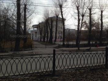 На фото видно: Малышева улица, 134 (школа №36 имени Одинцова М.П.). Екатеринбург (Свердловская область)