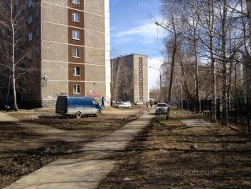 На фото видно: Пехотинцев улица, 10; Пехотинцев улица, 12; Пехотинцев улица, 14 (Школа №166). Екатеринбург (Свердловская область)