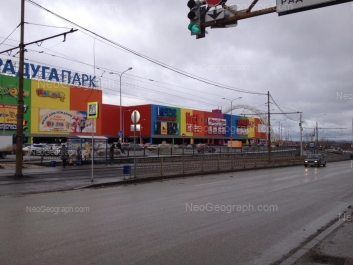 На фото видно: Репина улица, 94 (ТРЦ Радуга Парк). Екатеринбург (Свердловская область)