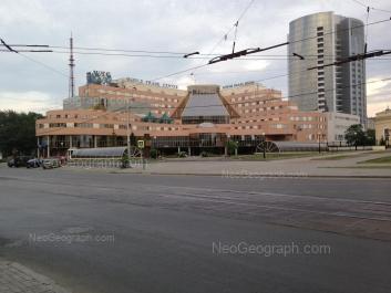 На фото видно: Куйбышева улица, 44 (Атриум Палас Отель); Куйбышева улица, 44д (Центр международной торговли). Екатеринбург (Свердловская область)