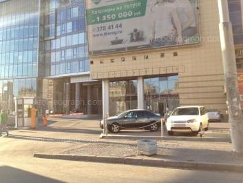 На фото видно: Малышева улица, 51 (Высоцкий, бизнес-центр); Малышева улица, 53 (Антей, торгово-развлекательный центр). Екатеринбург (Свердловская область)