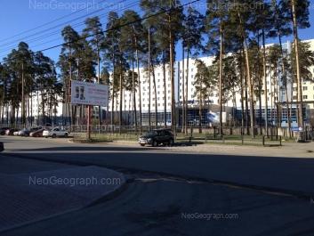 На фото видно: Волгоградская улица, 185 (Свердловская областная клиническая больница №1); Волгоградская улица, 187. Екатеринбург (Свердловская область)