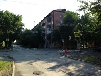 На фото видно: Избирателей улица, 46. Екатеринбург (Свердловская область)