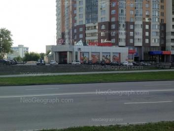 На фото видно: Маршала Жукова улица, 13. Екатеринбург (Свердловская область)