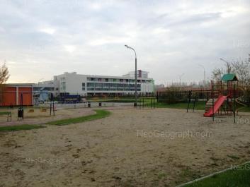 На фото видно: Крестинского улица, 39 (Школа №200); Крестинского улица, 42. Екатеринбург (Свердловская область)