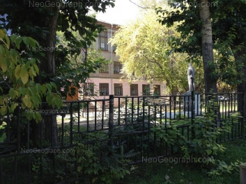 На фото видно: Космонавтов проспект, 65 (Школа №95). Екатеринбург (Свердловская область)