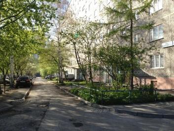 На фото видно: Академика Бардина улица, 46. Екатеринбург (Свердловская область)