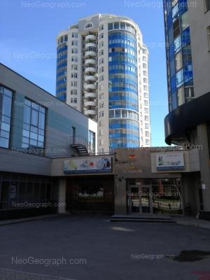 На фото видно: Радищева улица, 18; Хохрякова улица, 41 (АКБ Росбанк, ОАО); Хохрякова улица, 43 (Аквамарин, жилой комплекс). Екатеринбург (Свердловская область)