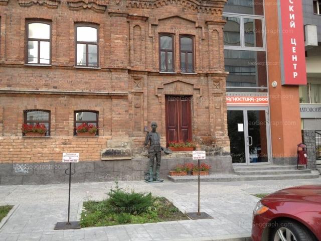 Вид здание с адресом улица Белинского, 61, Екатеринбург. Слева - вход в медицинский центр Диагностика 2000