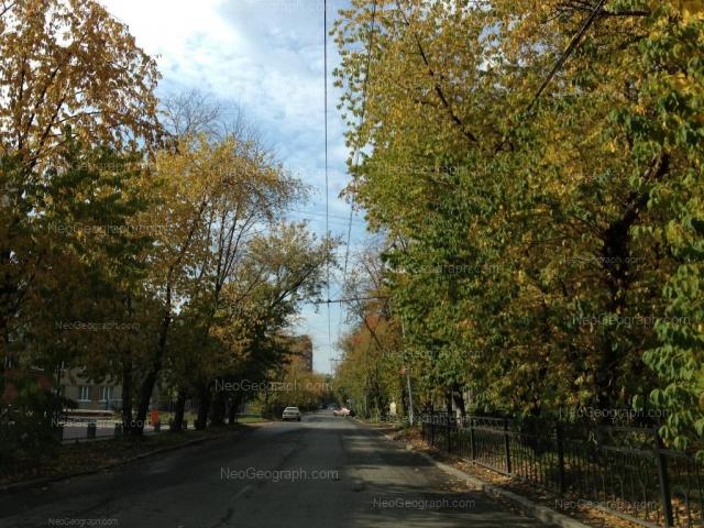 На фото видно: Академическая улица, 16 (Гимназия №108 им. Татищева); Академическая улица, 17. Екатеринбург (Свердловская область)
