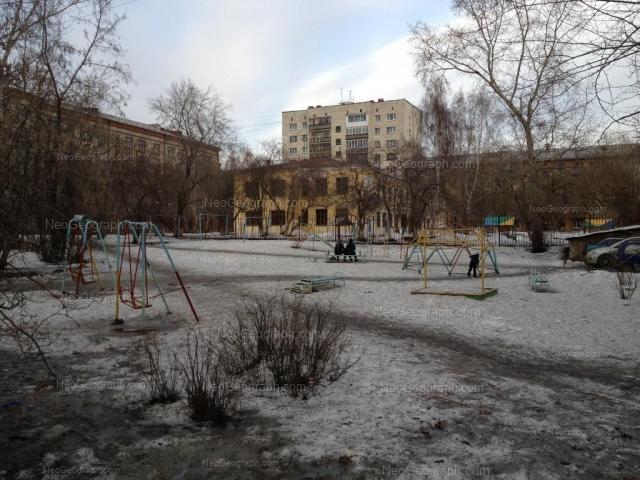 На фото видно здание с адресом улица Декабристов, 6А, Екатеринбург -  детский сад, 69