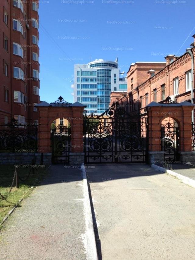 Адрес(а) на фотографии: улица Хохрякова, 30, 32, Екатеринбург