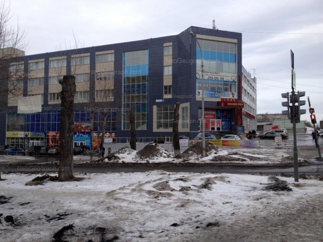 View to the building with address: Manevrovaya Street, 9, Yekaterinburg: search building on map and photo, nearest stops. The Sovetnik, business center