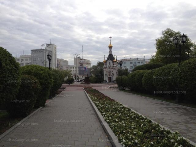 Вид на площадь Труда, Екатеринбург. В центре - часовня Святой великомученицы Екатерины. Вдали - здание Главпочтамта