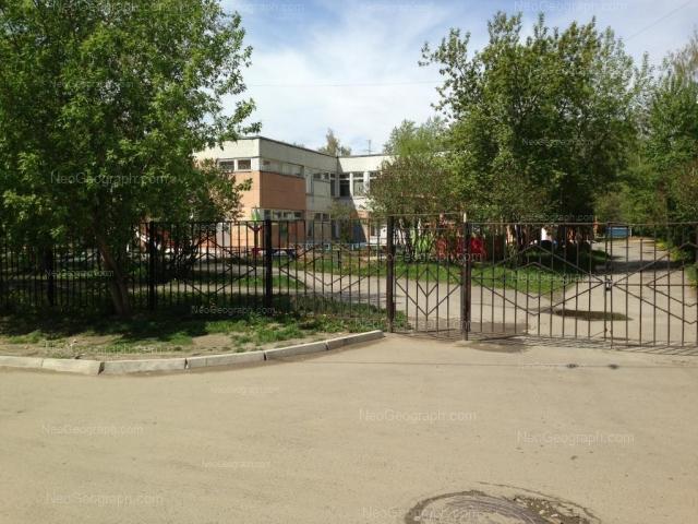 На фото видно здание с адресом улица Пехотинцев, 17А, Екатеринбург - детский сад 94, Солнышко