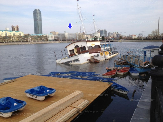 Городской пруд в центре Екатеринбурга. Последние дни кафе Кораблик in 2013