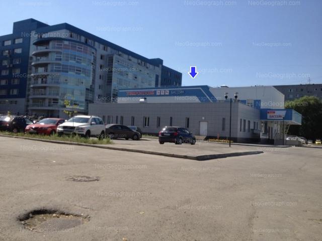 На фотографии можно видеть Университетский бассейн и бизнес-цент Манеж