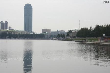 Старые и новые дома Екатеринбурга. Вид на Городской пруд, небоскребы Высоцский (в центре) и Антей (слева). Фотография сделана в 20